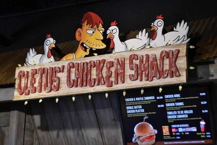 """Nova praça de alimentação do Universal Studios Florida, baseada na série de TV """"Os Simpsons"""". Pratos à base de frango no Cletus' Chicken Shack"""
