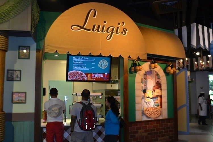 """Nova praça de alimentação do Universal Studios Florida, baseada na série de TV """"Os Simpsons"""". Sim, nós temos pizza! A opção está disponível na cantina do Luigi"""