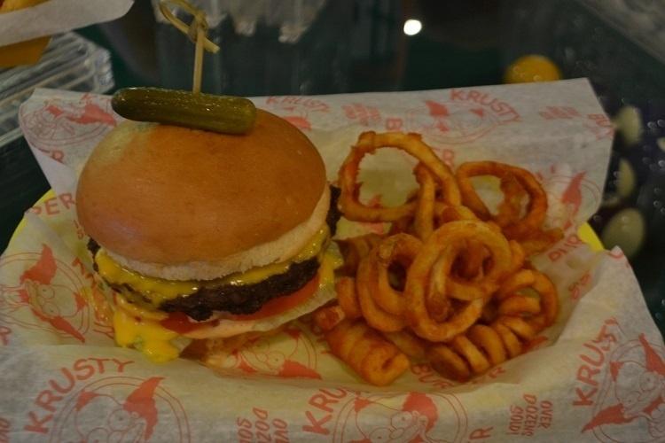 """O famoso Krust Burger é recriado no mundo real e é um dos lanches mais pedidos na nova praça de alimentação do Universal Studios Florida, baseada na série de TV """"Os Simpsons"""""""