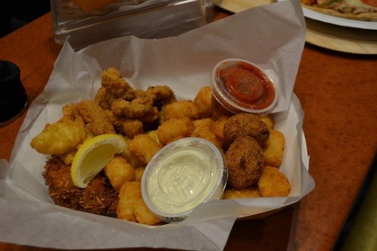 """Peixes, camarão e frutos do mar inspiram os pratos do Frying Dutchman, restaurante na nova praça de alimentação do Universal Studios Florida, baseada na série de TV """"Os Simpsons"""""""