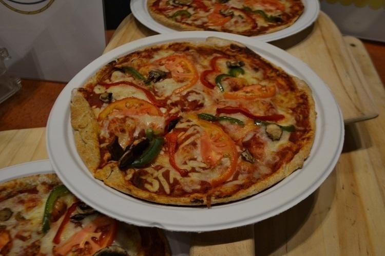 """Pizza é uma iguaria que não pode faltar nos parques temáticos norte-americanos e a prova disso são as redondas que fazem sucesso na cantina do Luigi, restaurante na nova praça de alimentação do Universal Studios Florida, baseada na série de TV """"Os Simpsons"""""""