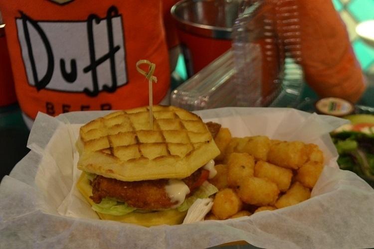 """Sabores inusitados nova praça de alimentação do Universal Studios Florida, baseada na série de TV """"Os Simpsons"""". Este sanduíche é feito com waffle levemente adocicado e recheio com empanado crocante de frango"""