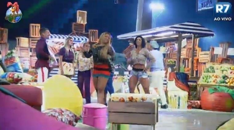 10.jul.2013 - Mulher Filé e Scheila Carvalho curtem a festa inspirada em Dona Xepa
