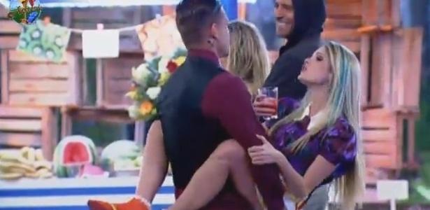10.jul.2013 - O casal Mateus Verdelho e Bárbara Evans dançam de forma sensual durante a festa