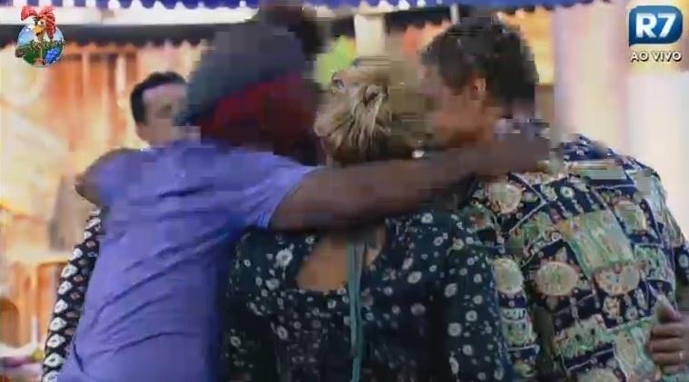 10.jul.2013 - Peões se abraçaram durante a festa