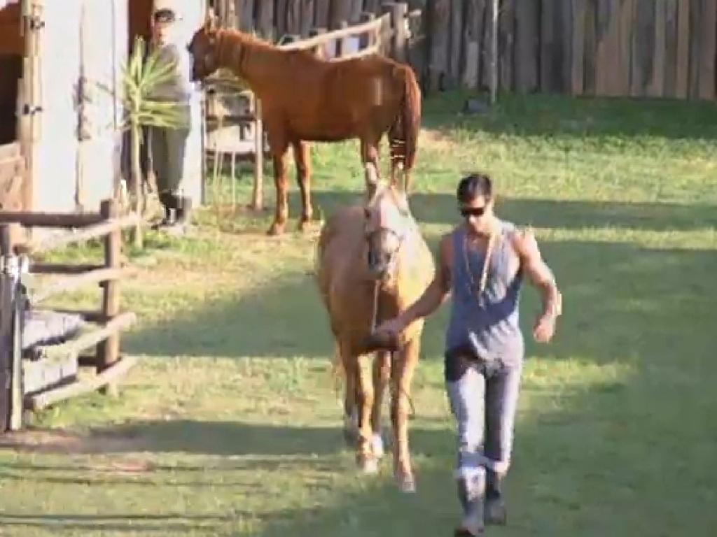 11.jul.2013 - Beto e Mateus decidem cavalgar juntos na tarde desta quinta-feira (11)
