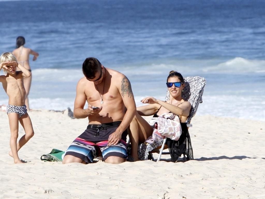 11.jul.2013 - Fernanda Lima e Rodrigo Hilbert curtiram praia no Leblon com os filhos, os gêmeos João e Francisco, de 5 anos