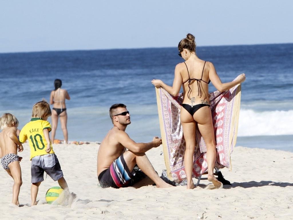 11.jul.2013 - Fernanda Lima e Rodrigo Hilbert curtiram praia no Leblon com os filhos, os gêmeos João e Francisco, de 5 anos. Fernanda exibiu o corpo em forma
