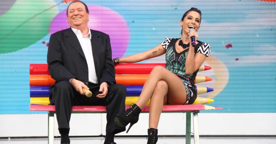 """11.jul.2013 - Funkeira Anitta participa do """"Programa Raul Gil"""" e se diverte ao lado do apresentador"""