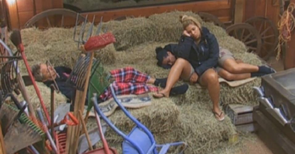 11.jul.2013 - Paulo, Yani e Scheila dormem sobre o feno, no celeiro