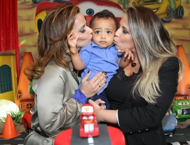 11.jul.2013 - Viviane Araújo na festa de comemoração do 1º aniversário de seu sobrinho Vitor, na companhia de sua mãe Daniele. O evento aconteceu em um buffet na Barra da Tijuca, Rio de Janeiro
