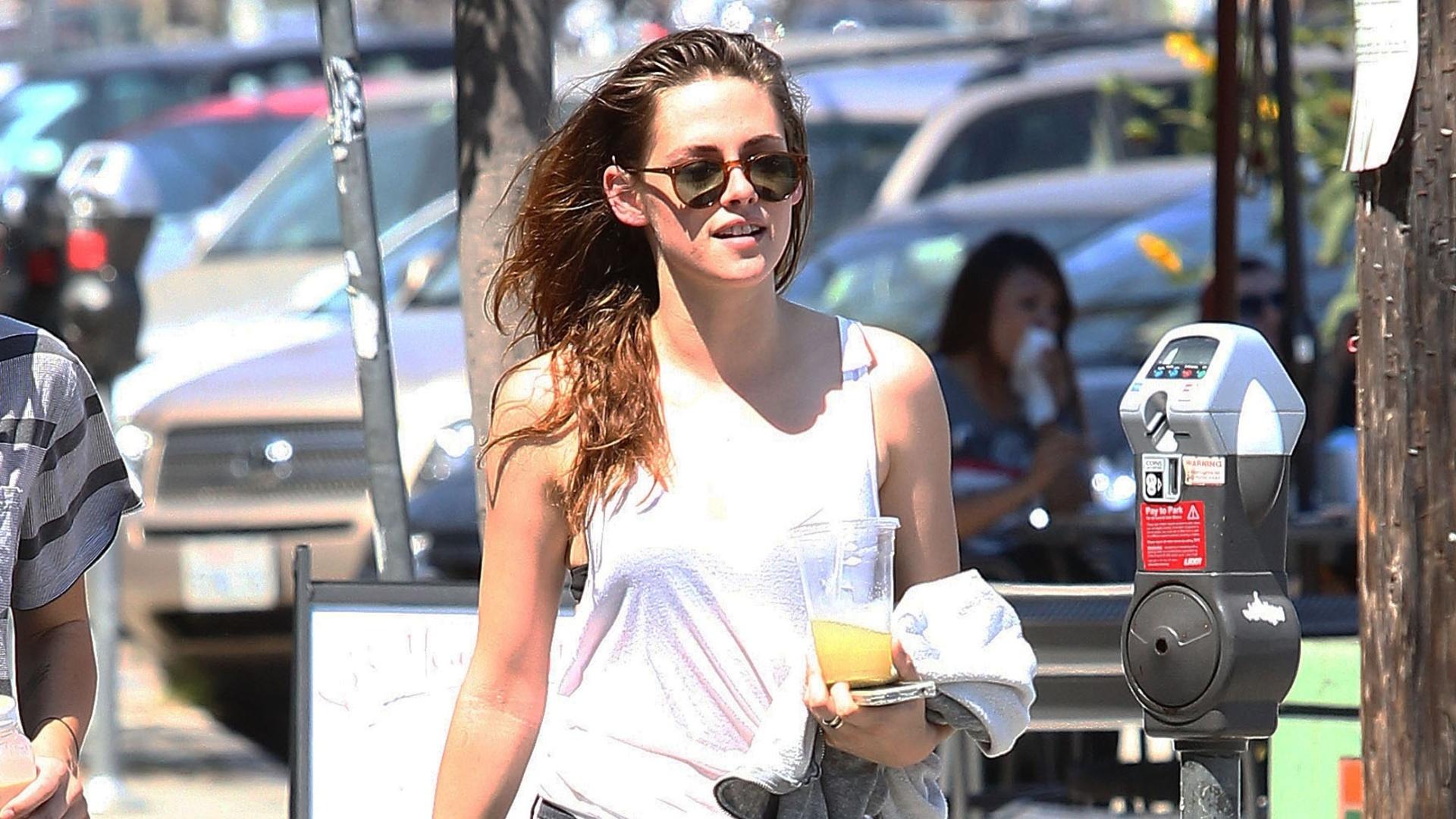 9.jul.2013 - Kristen Stewart aproveita o verão americano e anda despretensiosamente pelas ruas