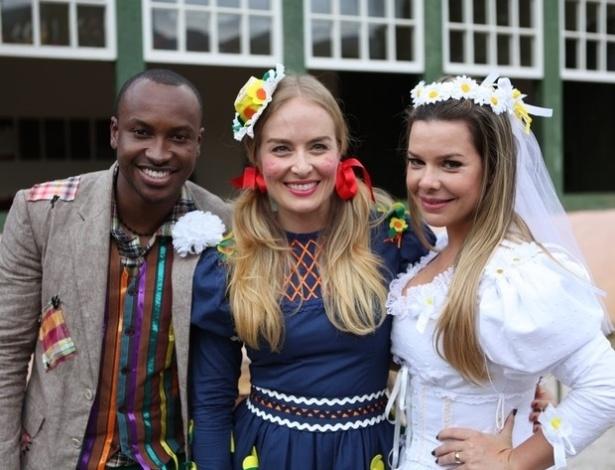 Ao lado de Angélica, Fernanda Souza e Thiaguinho se vestem de noivos de festa junina para o