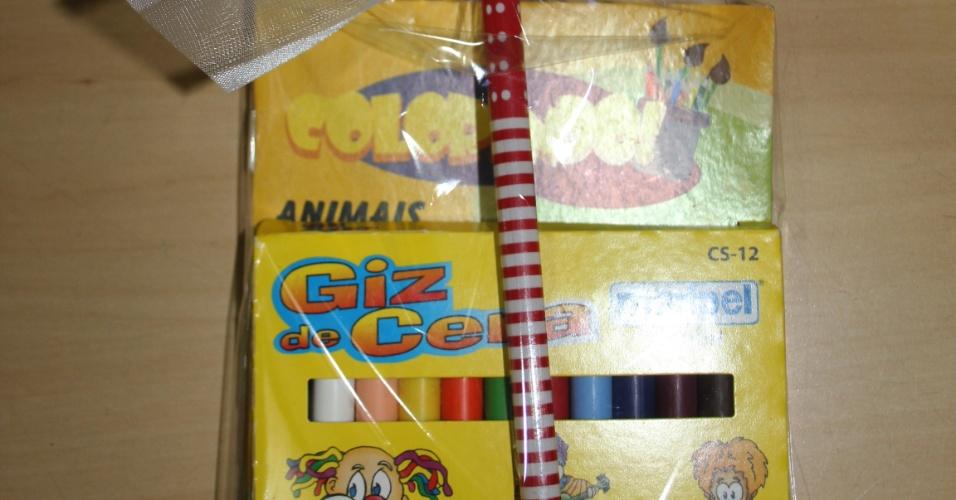 Kit desenho para crianças; da E-lembranças (e-lembrancas.com.br), por R$ 5,50 (unidade). Disponibilidade e preço pesquisados em julho de 2013 e sujeito a alterações