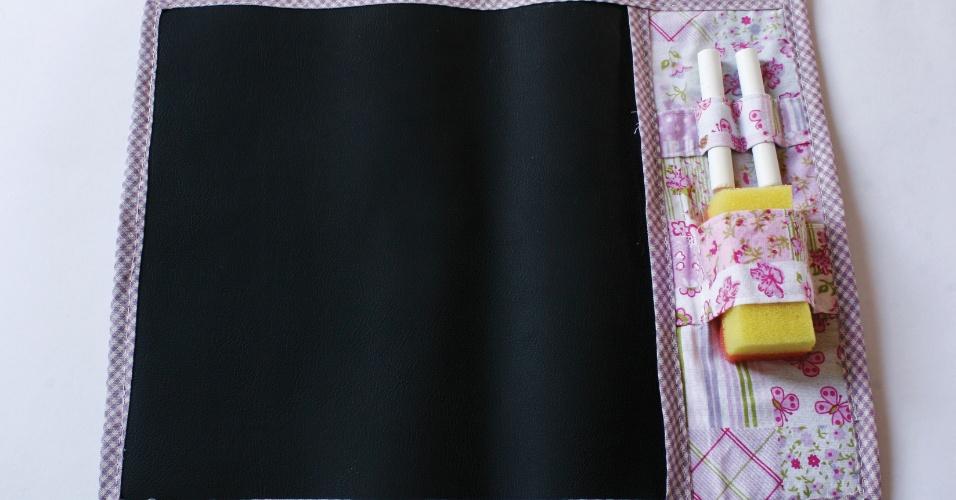 Minilousa de pano com canetinha e apagador; da Abelha Catita (www.abelhacatita.com), por R$ 25 (unidade). Disponibilidade e preço pesquisados em julho de 2013 e sujeito a alterações