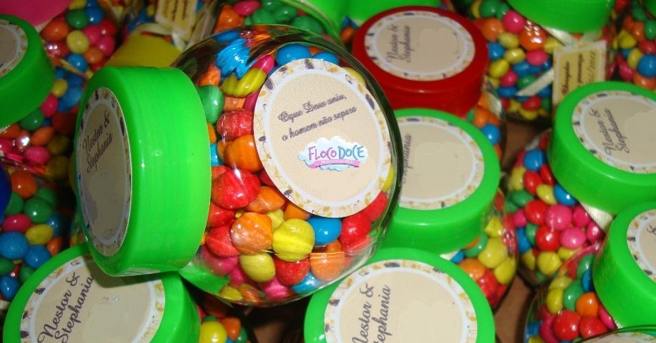 Minibaleiro com confeitos coloridos; da Floco Doce (flocodoce.thinkshop.com.br), por R$ 6 (unidade). Disponibilidade e preço pesquisados em julho de 2013 e sujeito a alterações