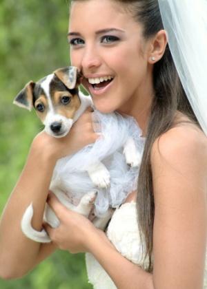 Noiva posa para foto com cachorrinho