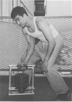 O TREINAMENTO - Bruce Lee estava sempre atento para o efeito do treinamento em seu corpo. Ele desenvolveu equipamentos customizados e princípios utilizados até hoje no fisiculturismo