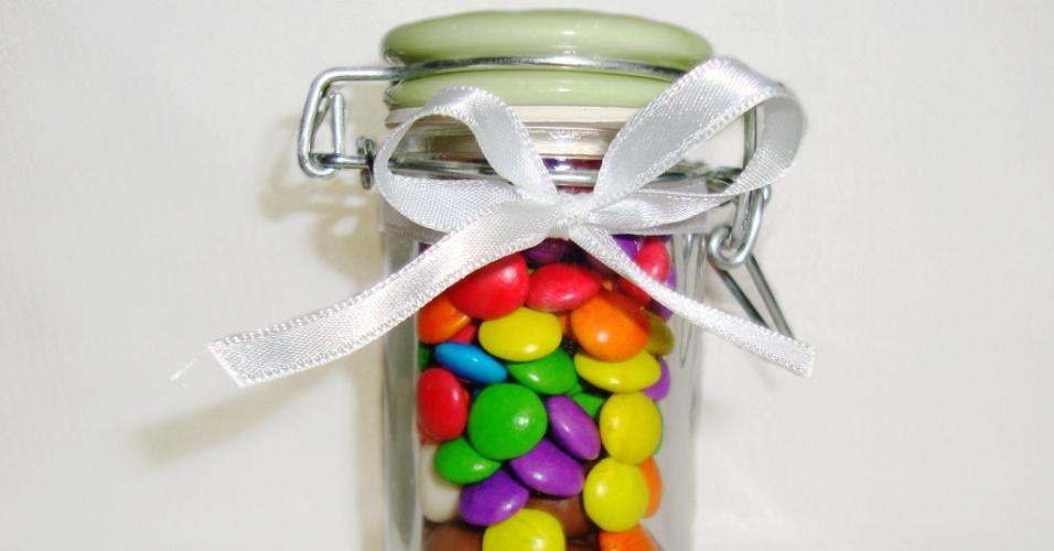 Potinho com confetes de chocolate; da Floco Doce (flocodoce.thinkshop.com.br), por R$ 8 (unidade). Disponibilidade e preço pesquisados em julho de 2013 e sujeito a alterações