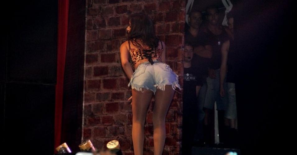 11.jul.2013 - De top com estampa de oncinha e short jeans, Anitta rebola no palco de casa noturna de São Gonçalo