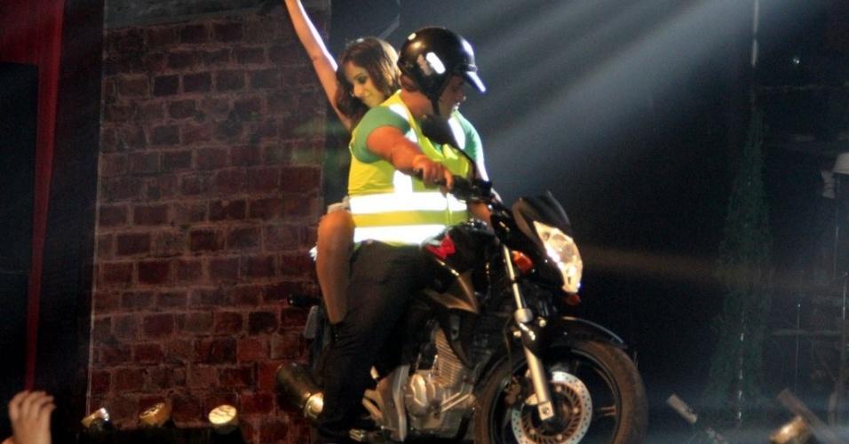 """11.jul.2013 - Dona do hit """"Show das Poderosas"""", Anitta também andou de moto no palco do show em São Gonçalo"""