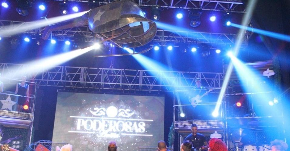 11.jul.2013 - A cantora Anitta desceu de um helicóptero cenográfico no show em casa noturna de São Gonçalo, no Rio de Janeiro