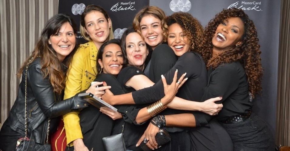 11.jul.2013 - Famosas posam com Bebel Gilberto após show em Ipanema, Rio de Janeiro