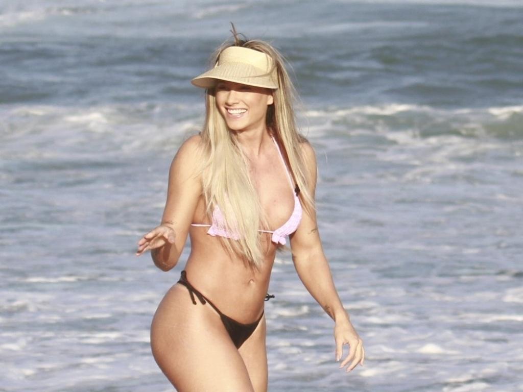 12.jul.2013 - Juju Salimeni fez ensaio fotográfico na tarde desta sexta (12) na praia da Barra da Tijuca, zona oeste do Rio. A modelo e repórter do
