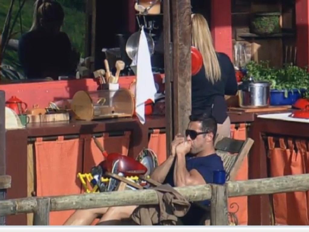 12.jul.2013 - Yani prepara o almoço enquanto Marcos Oliver descansa no celeiro