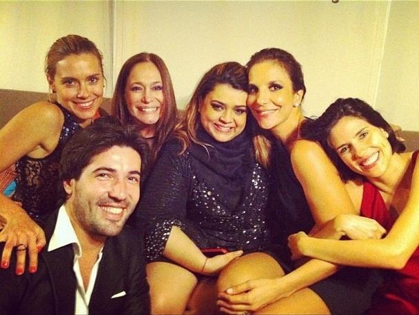 6.ago.12 - Susana Vieira publica foto ao lado de Carolina Dieckmann, Preta Gil, Ivete Sangalo e Rafaela Mandeli, além do noivo, Sandro Pedroso, em seu Instagram