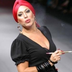 26.jul.2002 - A atriz Susana Vieira desfila para a Casa de Noca, da estilista Silvia de Bossan, com a coleção
