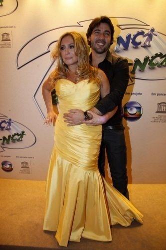14.ago.2010 - A atriz Susana Vieira e o namorado, Sandro Pedroso, prestigiam a 25ª Edição do
