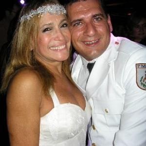 1.out.2006 - A atriz Susana Vieira e o policial militar Marcelo da Silva posam para foto durante festa de casamento, na Capela do Patronato, no Rio de Janeiro