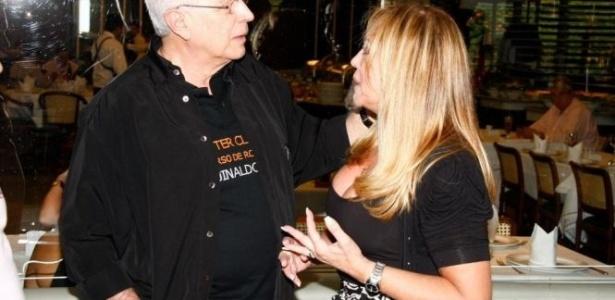 16.mai.2010 - A atriz Susana Vieira encontra o autor Aguinaldo Silva em churrascaria da zona oeste do Rio de Janeiro