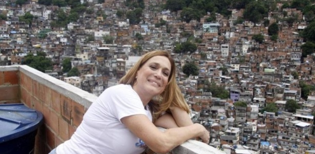 17.dez.2009 - A atriz Susana Vieira entrega presentes na favela da Rocinha, em São Conrado, no Rio de Janeiro