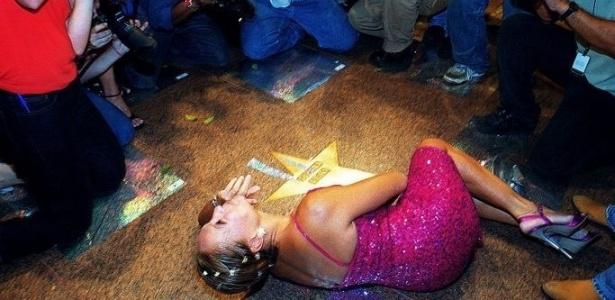 22.mar.2001 - A atriz Susana Vieira faz pose deitada durante a inauguração da