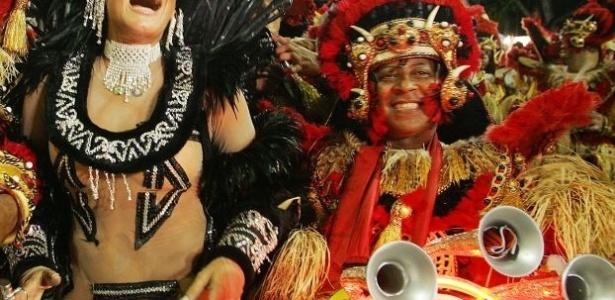 27.fev.2006 - A atriz Susana Vieira, rainha da bateria da escola de samba Acadêmicos do Grande Rio, e um integrante da bateria, durante desfile no sambódromo Marquês de Sapucaí