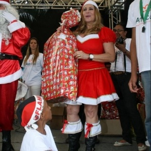 14.dez.2009 - A atriz Susana Vieira se veste de Mamãe Noel e distribui presentes no Natal da Amicca, em Vargem Grande, na zona oeste do Rio