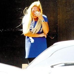 5.nov.2007 - A atriz Susana Viera chora pela morte de seu cão Heitor, vítima de atropelamento no Rio de Janeiro