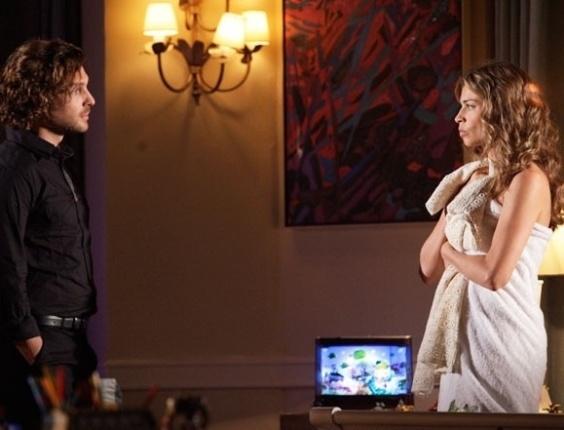 """Em """"Flor do Caribe"""", Alberto alerta Ester para tomar cuidado com Dionísio"""