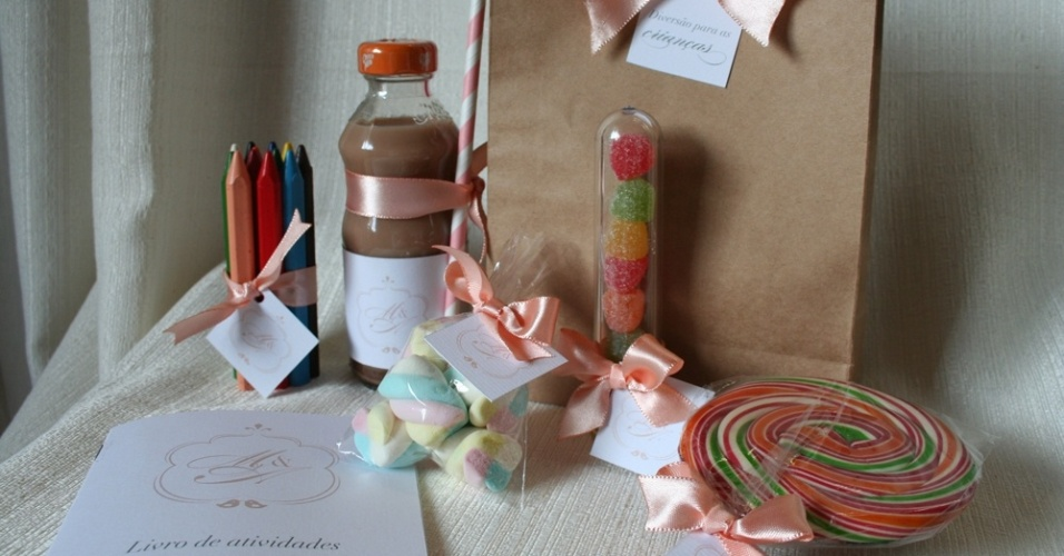 Kit para as crianças com atividades e guloseimas; da Emotion (www.emotionday.com.br), por R$ 55 (unidade). Disponibilidade e preço pesquisados em julho de 2013 e sujeito a alterações