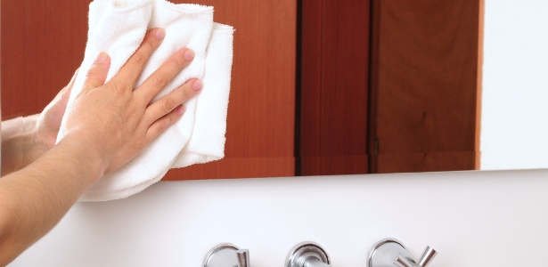 Para limpeza de espelhos, é essencial usar panos macios, que não soltem fiapos, como os de algodão