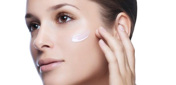 Os antioxidantes atacam os radicais livres que são responsáveis por alterações na pele como descoloração, ressecamento, perda de elasticidade e formação acelerada de rugas