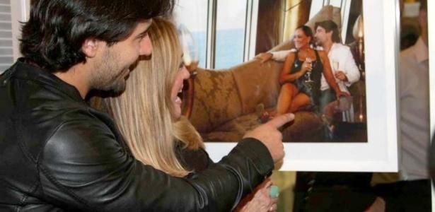 28.abr.2010 - Sandro Pedroso e Susana Vieira conferem a exposição