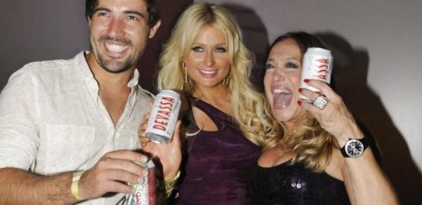 13.fev.2010 - Sandro Pedroso, Paris Hilton e Susana Vieira posam em festa de lançamento da cerveja Devassa