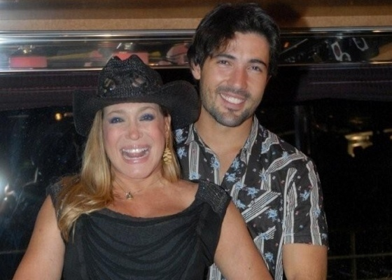 3.mar.2010 - Susana Vieira e Sandro Pedroso no cruzeiro