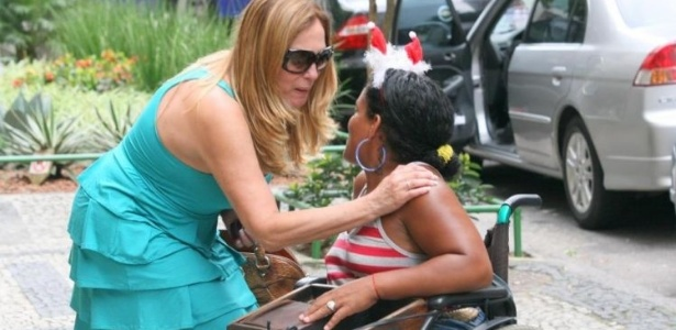 16.dez.2009 - Susana Vieira faz carinho em fã durante passeio pelo Leblon,a na zona sul do Rio de Janeiro