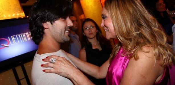 30.nov.2009 - Susana Vieira recebe o carinho de Sandro Pedroso na coletiva de lançamento da minissérie