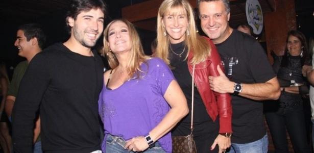 6.ago.2010 - Suzana Vieira e o namorado Sandro Pedroso posam com Luciana e Rodrigo Vieira na festa