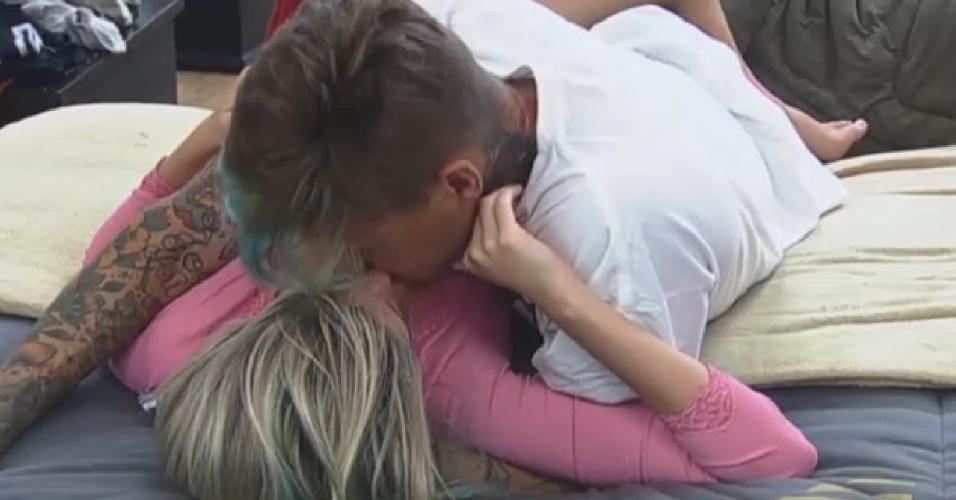 13.jul.2013 - Bárbara e Mateus aproveitam a tarde deste sábado para namorar no quarto.